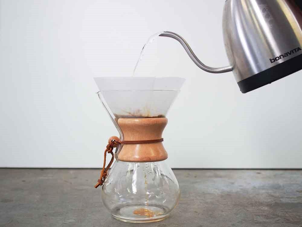 مرحله چهارم طرز تهیه ی قهوه با فیلتر کمکس