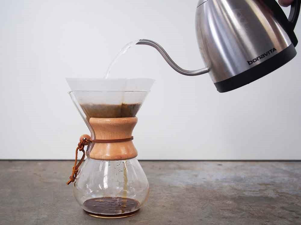 مرحله ششم طرز تهیه ی قهوه با فیلتر کمکس